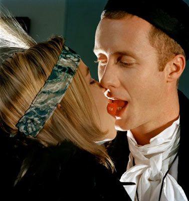 Sadakatsizlik hakkında ne düşünüyor?  Erkek Efsanesi 1    Gizliden gizliye açık bir ilişki istiyor ve öpüşmenin aldatma sayılmadığını düşünüyor.   Erkek Gerçeği: Rasgele erkeklerden telefon numarası toplamaya başlamadığınız sürece, erkeklerin yüzde 77'si arada bir flört egzersizi yapmanın iyi bir şey olduğunu ve bunun aldatma sayılmayacağını düşünüyor. Ancak çok ileri gitmediğinizden emin olmalısınız. Yüzde 53'ü ise hevesli bir şekilde flört etmenin ilişki bağlarını koparmakla aynı anlamı taşıdığını söylüyor. Gece dışarı çıkıp kendisiyle değil de eski erkek arkadaşlarınızla ilgilenmeniz sonucunda erkeklerin yüzde 63'ü sizi terk ediyor.